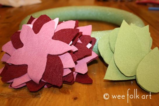 feltpoinsettiawreath-cut2-545wm