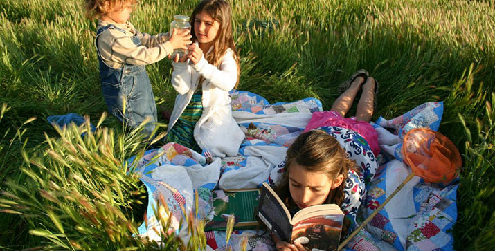 Oak_Meadow_children_in_meadow-banner